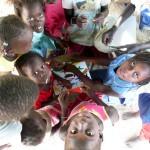 Groupe d'enfants avec des autocollants